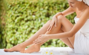 femeie-care-isi-mangaie-picioarele-680x420