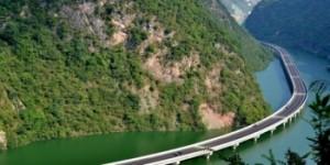 pentru-a-nu-distruge-padurea-chinezii-au-construit-un-drum-prin-apa-foto-154748