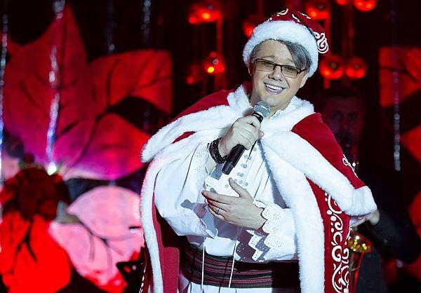 Fuego s-a îmbrăcat pe scenă în Moș Crăciun